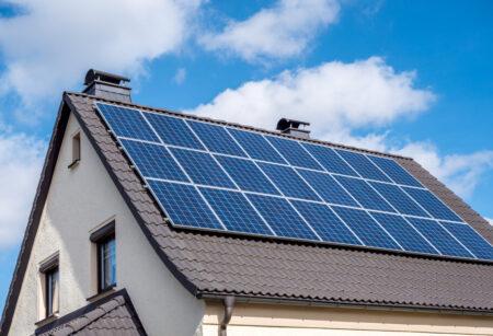 Soluția completă E.ON cu panouri fotovoltaice pentru cli-enții casnici, disponibilă în 10 județe din țară